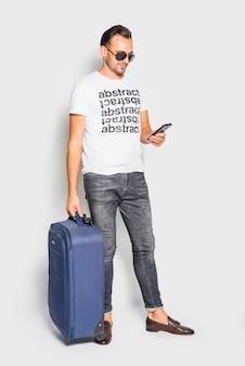 男がスーツケースでポーズ