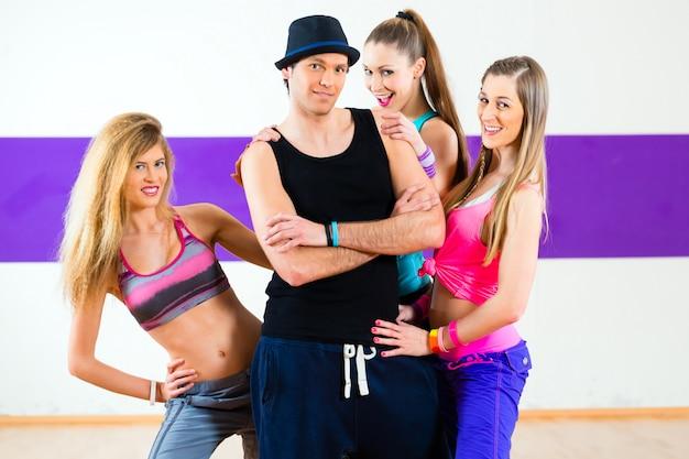 Zumba 댄스 학교에서 여자와 함께 포즈를 취하는 남자