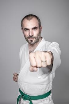 Человек занимается карате. понятие спорта и боевых искусств.