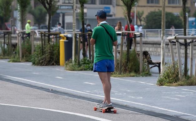Человек, практикующий скейтбординг на улице