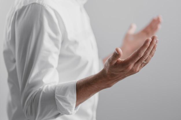 Человек молится в одиночестве у божественности дома