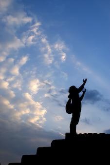 Человек молится в одиночестве на закате горы путешествия стиль жизни духовное расслабление эмоциональная концепция каникулы на открытом воздухе гармония