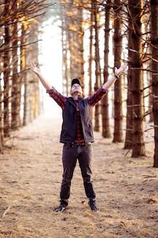 Uomo che prega in una foresta