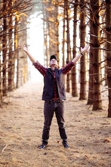 숲에서기도하는 남자