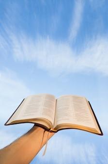 Человек молится со своей библией