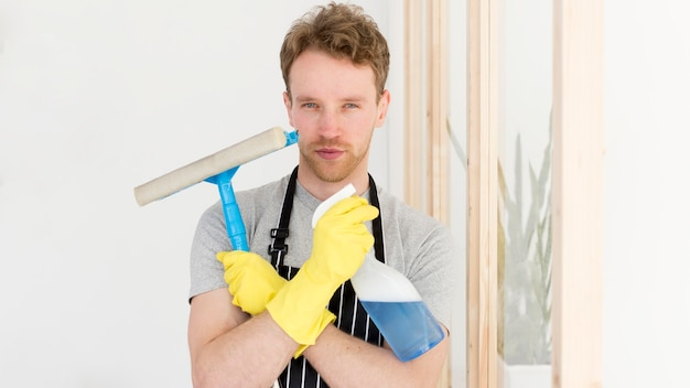 男は窓をきれいにする準備
