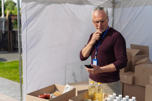 Uomo che prepara un banco alimentare per i poveri