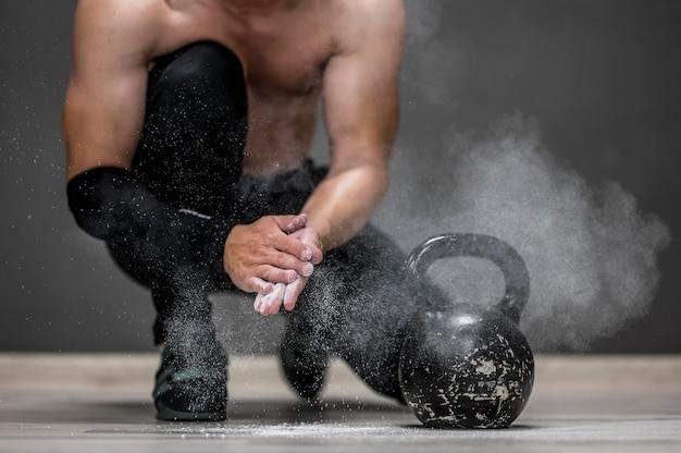 Человек готовится к тренировке