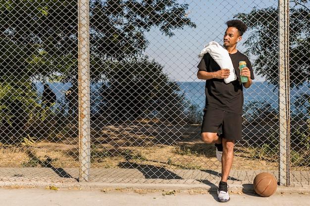 コピースペースでバスケットボールの試合をする準備をしている男