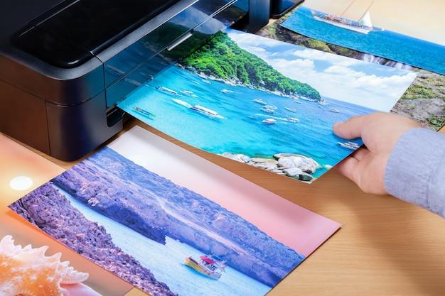 Человек печати и глядя на фотографии для летних каникул. человек планирует путешествие в отпуск.