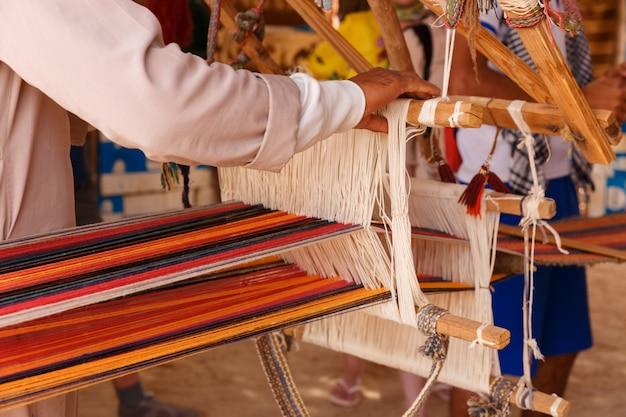 Человек производит ткань