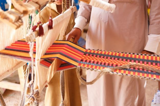 男は布を作ります