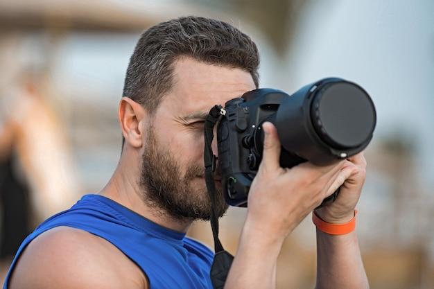 그의 검은 디지털 카메라를 들고 남자 전문 사진 작가