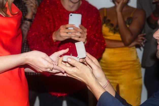 Мужчина делает предложение своей девушке