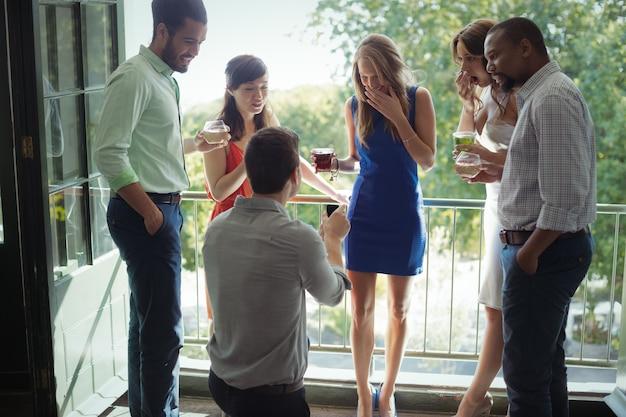 Мужчина предлагает женщину с обручальным кольцом