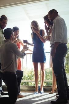 婚約指輪を持つ女性を提案している男