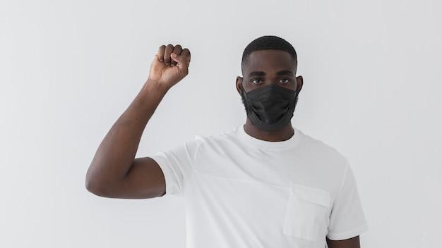 항의하는 남자와 검은 마스크를 쓰고