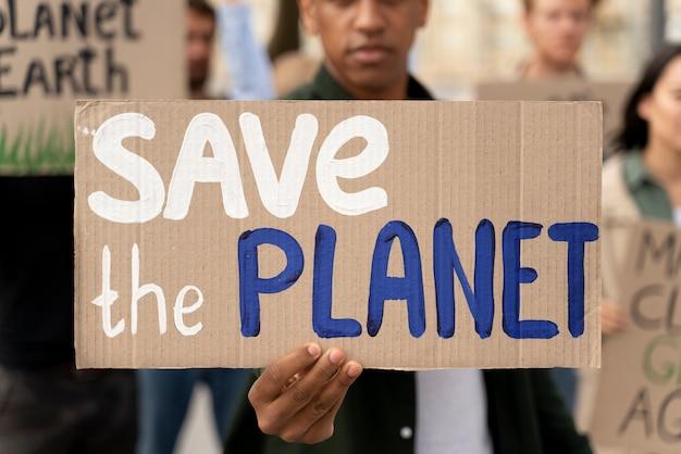 Uomo che protesta a causa del riscaldamento globale