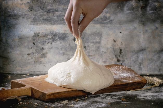 Человек тянет тесто