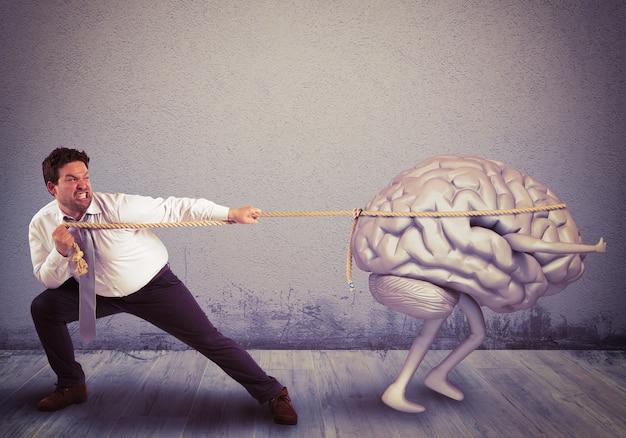 男は頭脳流出でロープを引っ張る