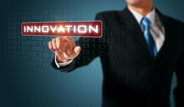 タッチスクリーンインターフェースを押す男イノベーション