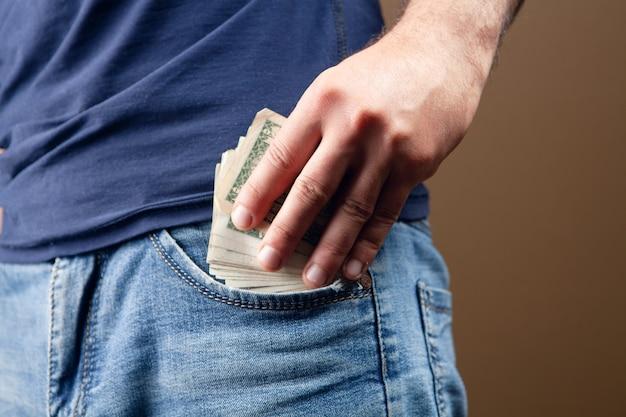 남자는 브라운에 돈 주머니를 넣습니다.
