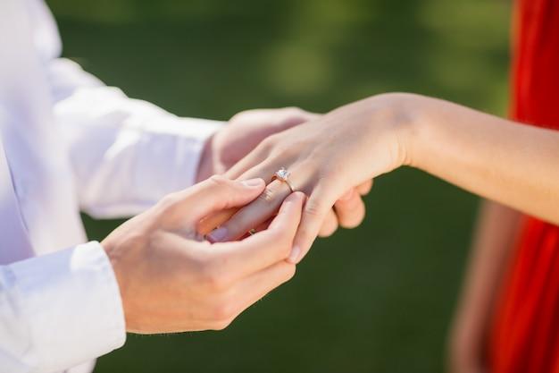 レストランで梨花の指に指輪を置く男