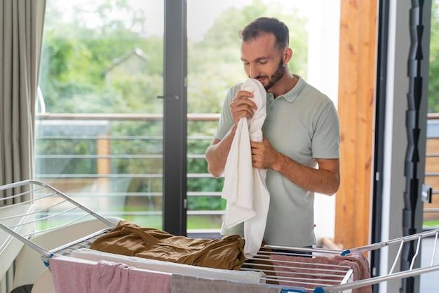 室内の乾燥機に服を着る男