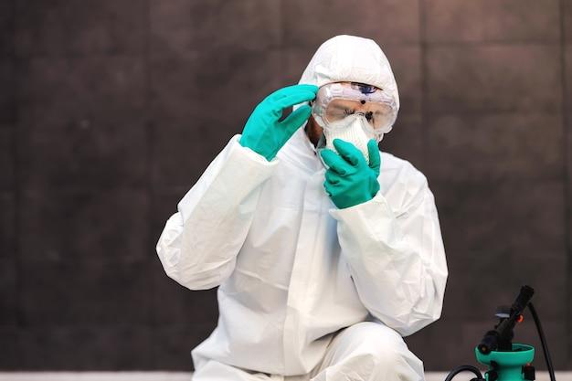コロナウイルス中にフェイスマスクを置く男。