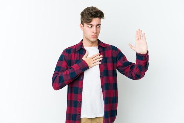 Человек кладет руку на грудь