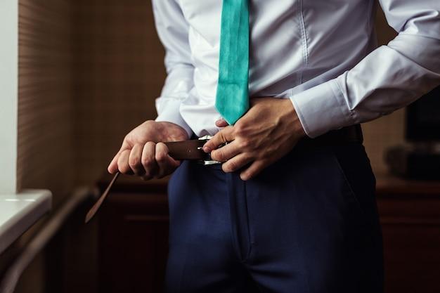 남자 벨트, 사업가, 정치인, 남자의 스타일, 남성 손 근접 촬영, 사업가, 사업가, 아시아, 사람, 비즈니스, 패션 및 의류 개념에서 사업가