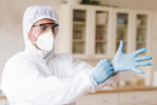Человек надевает защитные перчатки