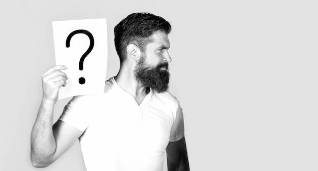 男の質問。疑問符の付いた男性。答えを得る。疑問符、記号。コンセプト-挑戦的な問題、答えを探しています。スペースをコピーします。黒と白。