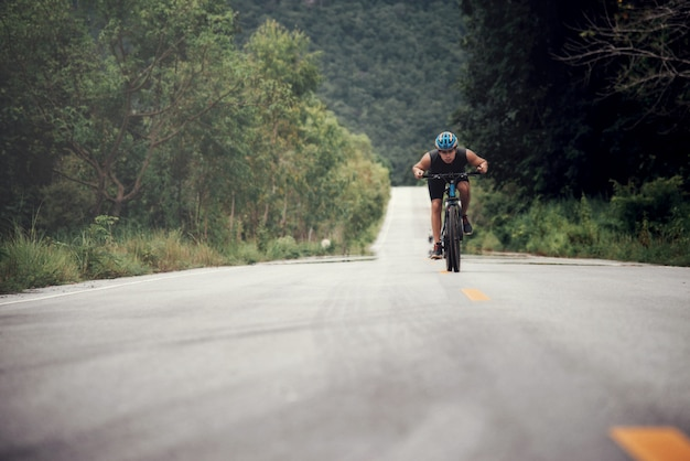 Велосипедист man racing bike открытый