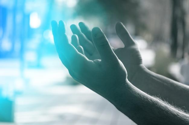 남자는 손을 들고 신에게기도