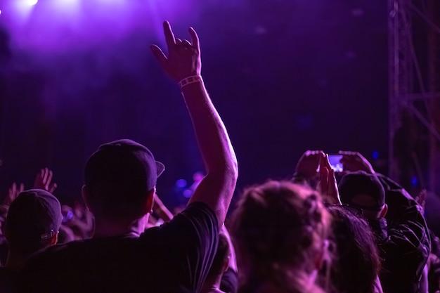 남자는 음악 콘서트에서 손을 들었다