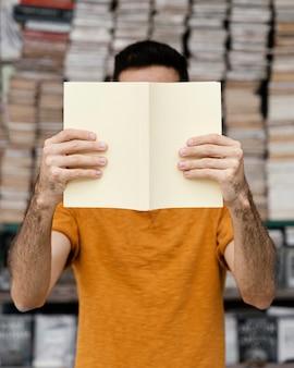 一人で本を読んでいる男
