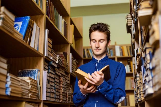 도서관에서 책을 읽는 남자