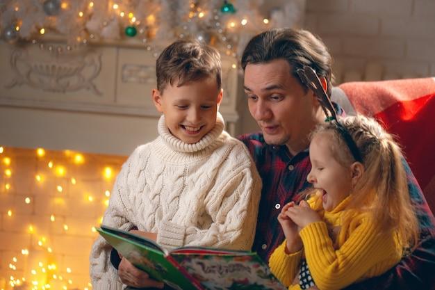 男の子と女の子に本を読んでいる男
