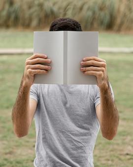 面白い本を読んでいる男