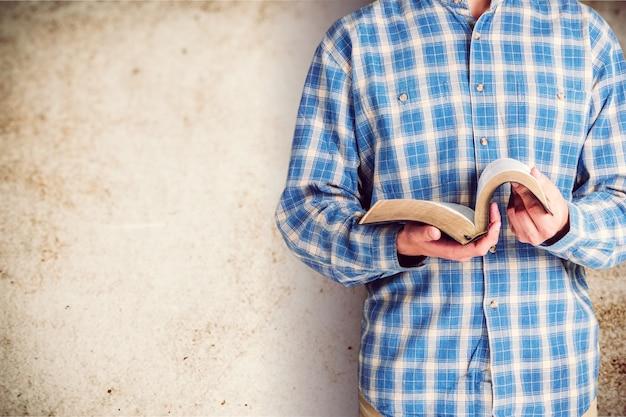 聖書の本を読んでいる人