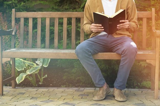 聖書を読んでいる人