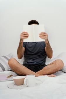 Uomo che legge un libro da solo