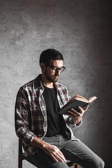 男読書。彼の手で予約してください。教育、開発、知識
