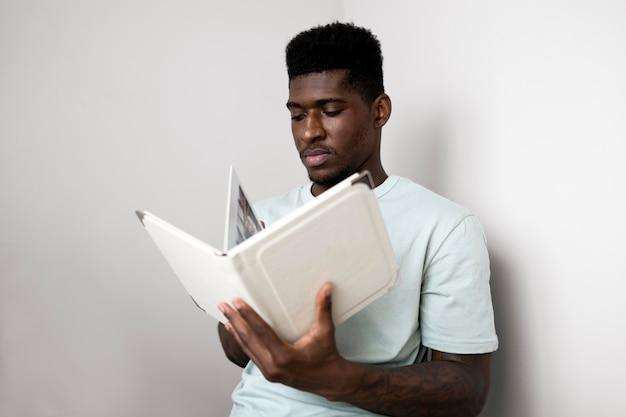 Человек читает книгу средний выстрел