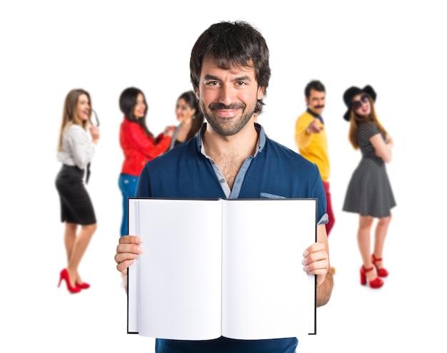Uomo che legge un libro sopra priorità bassa bianca