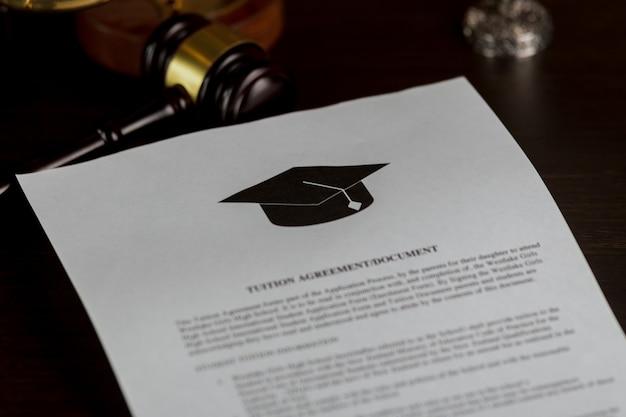 Мужчина читает заявление в колледж или университет или документ из школы.