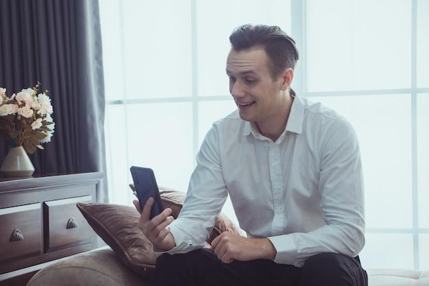 Человек, читающий электронную почту на смартфоне