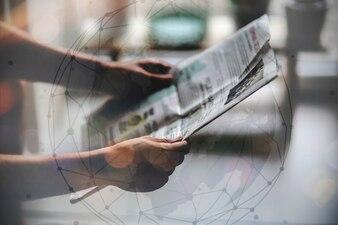 新聞を読んでいる人