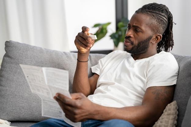 집에서 covid 테스트 지침을 읽는 남자